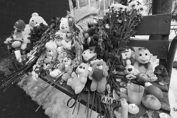 К дому на улице Народного Ополчения, где был убит ребенок, во вторник также несут цветы и игрушки