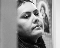 Поведение этой женщины выглядит как демонстрация ненависти и призвано возбудить ответную массовую неконтролируемую волну агрессии (фото:Григорий Сысоев/РИА Новости)