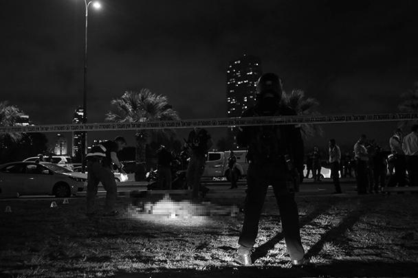 В результате нападения террориста на туристов в конгломерации израильского Тель-Авива Яффо погиб студент из США, еще 11 человек получили ранения, в том числе не менее трех россиян. Преступника нейтрализовали, им оказался 22-летний житель Калькилии Башар Масалха