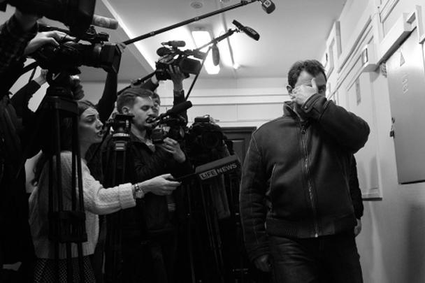 Григорий Пирумов пытался закрыть лицо от камер