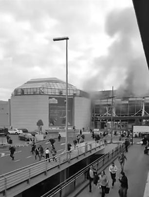 Брюссель во вторник подвергся масштабной атаке террористов. Два взрыва прогремели в аэропорту, там же нашли неразорвавшуюся бомбу. Два взрывных устройства сработали в метро. Жертвами атаки на аэропорт стали по меньшей мере 17 человек, на подземку – 10