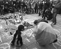 Одну из площадей Брюсселя разрисовали цветными мелками со словами поддержки (фото:Charles Platiau/Reuters)
