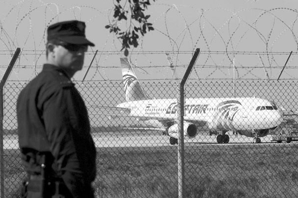 Полиция оцепила кипрский аэропорт Ларнака. С захватившим турецкий лайнер человеком ведутся переговоры