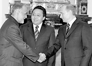 Первый вице-президент Ирана Парвиз Давуди, премьер-министр Монголии Цахиагийн Элбэгдордж и президент России Владимир Путин во время встречи членов ШОС