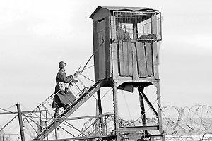 Спецназ пытается усмирить заключенных автоматами