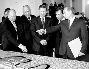 Сергей Иванов, Дмитрий Медведев и Владимир Путин  во время посещения Летно-исследовательского института им. Громова