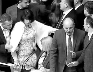 Толпа противников «реинтеграции Донбасса» бесновалась в президиуме, пока не добилась срыва голосования