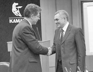 Вице-президент компании Cummins Inc. Стивен Чапмен и заместитель генерального директора ОАО «КамАЗ» по компонентам Ирек Гумеров