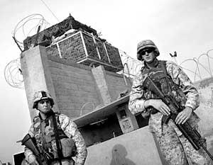 Американские солдаты на дежурстве у тюрьмы «Абу-Грейб»