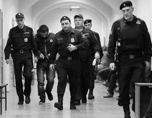 В инструкции МВД оговорено, что при усиленном конвое число охранников должно вдвое превышать число арестантов
