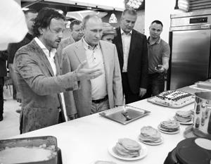 В артековской столовой Владимир Путин отведал местных блинов