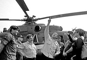 Президент Венесуэлы Уго Чавес у российских вертолетов