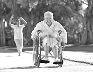 Внучка Дебби везла свою бабушку на инвалидной коляске на вечеринку по случаю ее юбилея...
