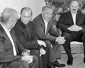 Президент Молдавии Владимир Воронин, президент России Владимир Путин, президент Казахстана Нурсултан Назарбаев и президент Белоруссии Александр Лукашенко