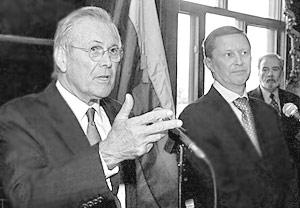 Глава Пентагона Дональд Рамсфелд и министр обороны РФ Сергей Иванов во время встречи
