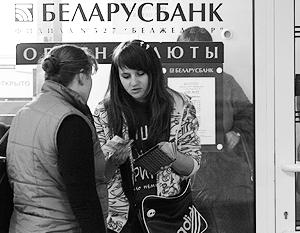 Нацбанк Белоруссии отпустил рубль, наличный курс в банках упал на 30%