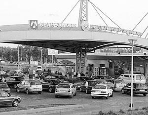 Километровые очереди выстроились у автозаправочных станций в столице Белоруссии Минске после появления слухов о...