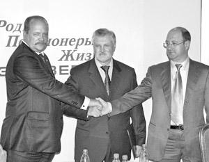 Руководитель Российской партии пенсионеров Игорь Зотов, лидер Российской партии Жизни Сергей Миронов и председатель партии