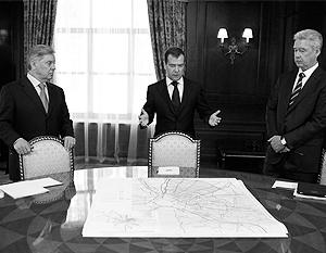 11.07.2011-Российская Федерация.  Политика: Дмитрию Медведеву показали на карте новые границы Москвы.