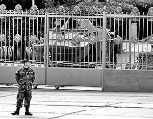 Военнослужащий около здания Группы российских войск в Закавказье