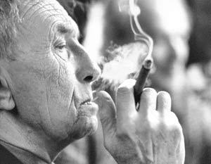 Чтобы прожить до 100 лет необходимо придерживаться трех правил: регулярно заниматься сексом, пить кофе и курить сигары