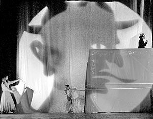 """Сцена из спектакля «Фауст в кубе» - совместного проекта Русского инженерного театра АХЕ и мексиканского фестиваля """"Сервантино"""""""