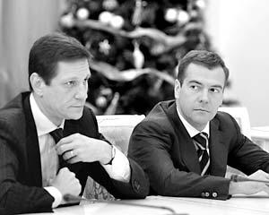 Заместитель председателя правительства РФ Александр Жуков и первый вице-премьер РФ Дмитрий Медведев