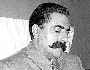 Густой грим на лице бодрого и благообразного Сталина слишком заметен