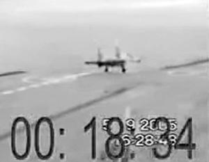 Сентябрь 2005 года. Такой же Су-33 падает с палубы «Кузнецова» при аналогичных же обстоятельствах – обрыве троса аэрофинишера