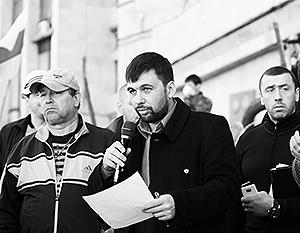 Заместитель избранного народом губернатора Павла Губарева Денис Пушилин у здания Донецкой областной администрации