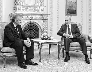 Рауль Хаджимба (слева) при всем желании не может принять предложенный Москвой проект договора в текущем его варианте