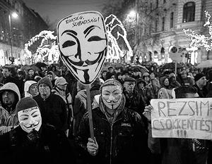 Собрашиеся на акции венгры против близких отношений их страны с Россией