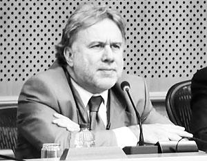 «Богатые греки во время кризиса не пострадали, а наоборот, разбогатели еще больше», – подчеркивает евродепутат Георгиос Катругалос