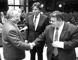 Системная игра в действии: главный критик санкций, глава МИД Греции Котзиас пожимает руку ярому стороннику «наказания» России, литовскому министру Линкявичюсу