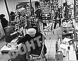 На камерах видеонаблюдения видно, что под сумками пенсионерки действительно что-то могло быть скрыто