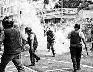 Венесуэльские студенты буквально сражаются с полицией и армией