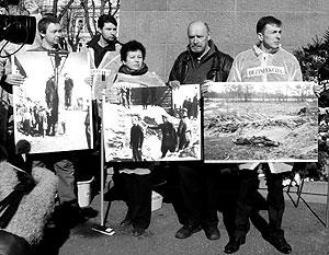 Антифашисты демонстрировали рижанам архивные снимки со сценами массовых казней, проводившихся гитлеровцами в концлагерях в Латвии