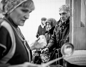 Луганская область. 26 ноября. Местные жители в одной из социальных столовых города Алчевска, где бесплатно кормят обедами