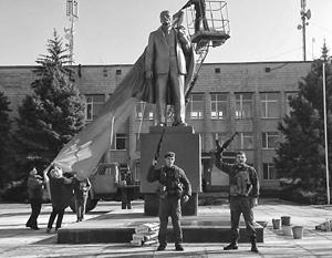 Ополченцы вернули статую Ленина на постамент в Новоазовске не из сочувствия к его идеям, а из принципа – ради справедливости