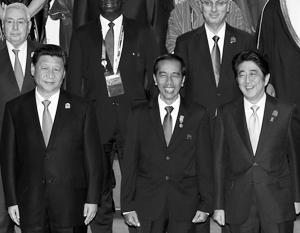 Лидеры Китая и Японии стали главными спикерами саммита и на совместной фотографии стояли рядом с президентом Индонезии – принимающей стороны
