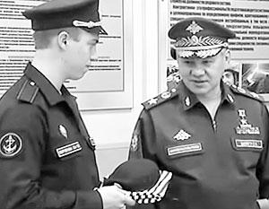 Павел Сидоров (слева) стал трехсоттысячным контрактником Российской армии