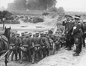 Гитлер на марше войск после начала кампании против Польши