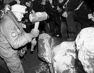 Киевский памятник Ленину работы скульптора Меркурова, ставший первый жертвой вандалов с Майдана, уже не подлежит восстановлению