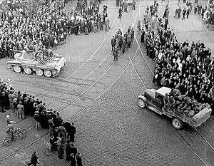 На этой фотографии запечатлен ввод советских войск в Ригу