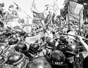 Столкновения у Рады стали очередным звонком для Порошенко
