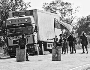 Экстремисты не дают грузовикам проехать в Крым