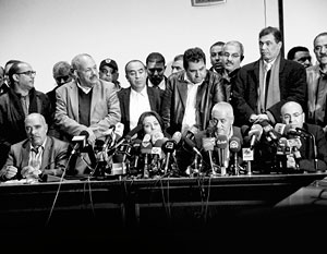 Руководители четырех тунисских организаций, учредивших Квартет национального диалога, на пресс-конференции после объявления о присуждении им Нобелевской премии мира