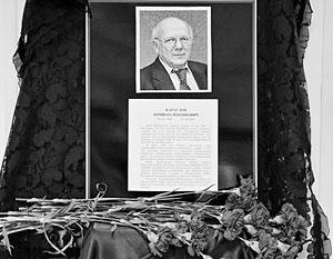 Цветы у портрета погибшего 19 октября первого заместителя главы Красногорского района Юрия Караулова