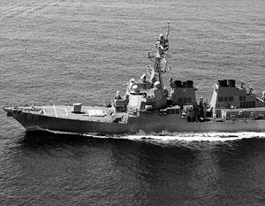 Американский эсминец проплывает мимо недостроенной китайской военной базы