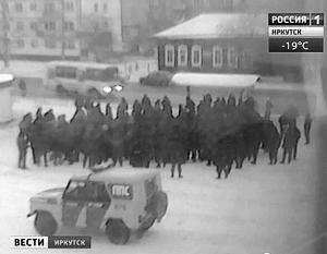 По некоторым сообщениям, десятки военных вышли с протестами на главную улицу города